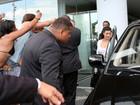 Sem Kanye West, Kim Kardashian deixa hotel no Rio