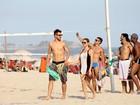 O verão chegou? Famosos aproveitam o dia de sol no Rio para curtir uma praia