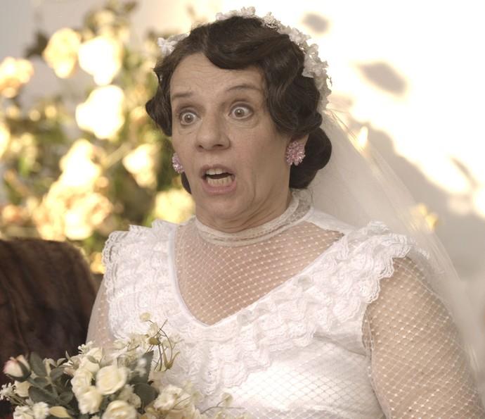 Eponina faz questão de escutar a mulher que interrompe o seu casamento (Foto: TV Globo)