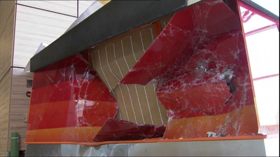 Danos em estrutura de aeroporto na Rússia provocado por carro que invadiu o local (Foto: BBC)