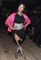Nicki Minaj usa vestido curtinho para ir a evento de moda na França