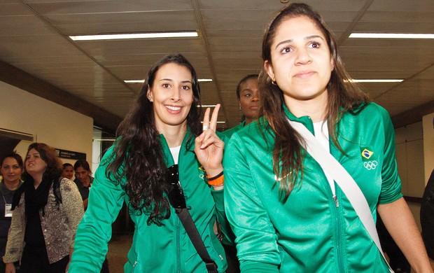 Sheilla e Nathália no desembarque da seleção feminina de vôlei em São Paulo (Foto: Ale Vianna / Ag. Estado)