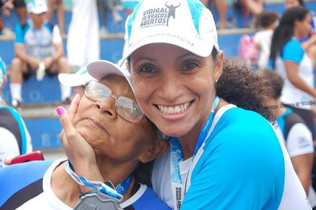 Às vésperas de completar 70 anos, a corredora Lindalva Figueiredo me contou sua emocionante história... (Na foto, ela é acarinhada pela filha, Claudinha, em mais um domingo de corrida no Rio).