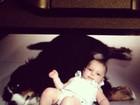 Filha de Sheila Mello curte chamego com cachorro da família