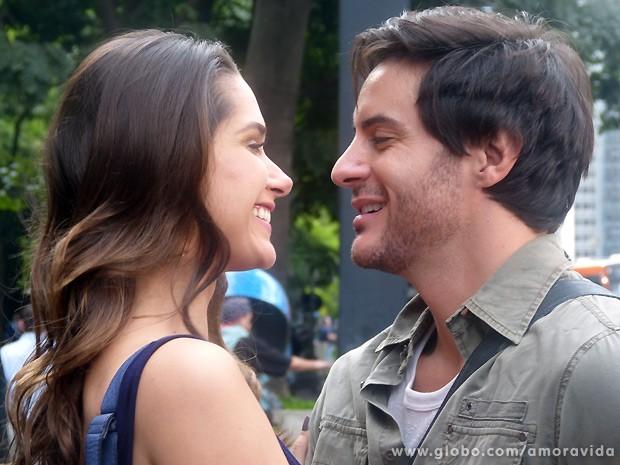 Leila convence Thales de que eles precisam fingir que não são namorados (Foto: Amor à Vida / TV Globo)