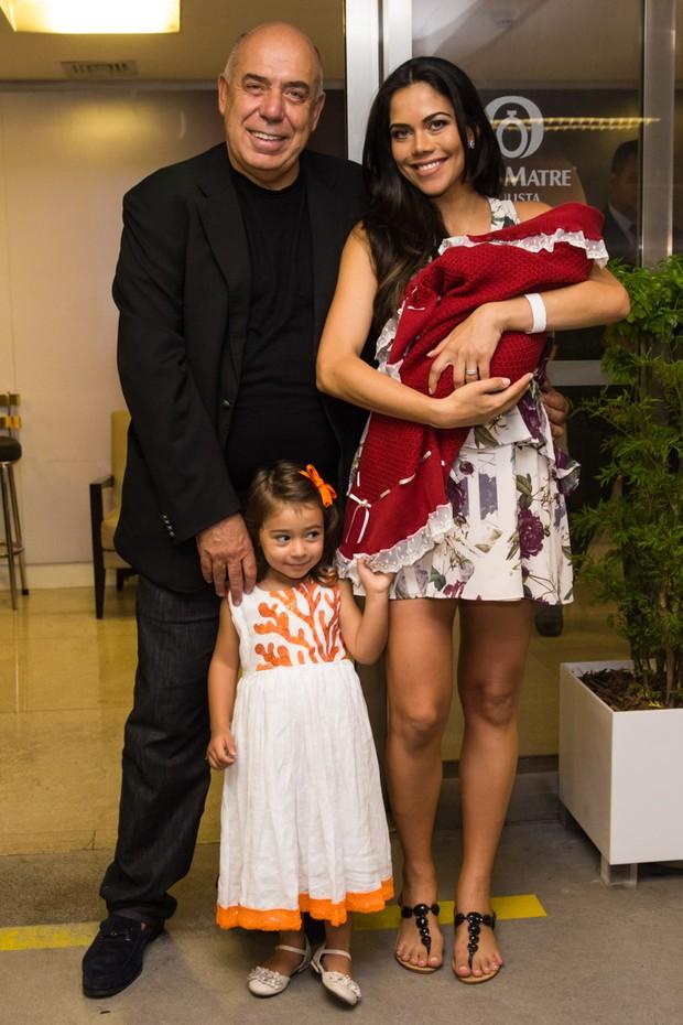 Daniela Albuquerque deixa maternidade com família (Foto: Manuela Scarpa/Photo Rio News)