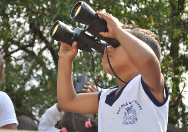 Crianças observam pássaros em Cubatão (Foto: Divulgação/Prefeitura de Cubatão)
