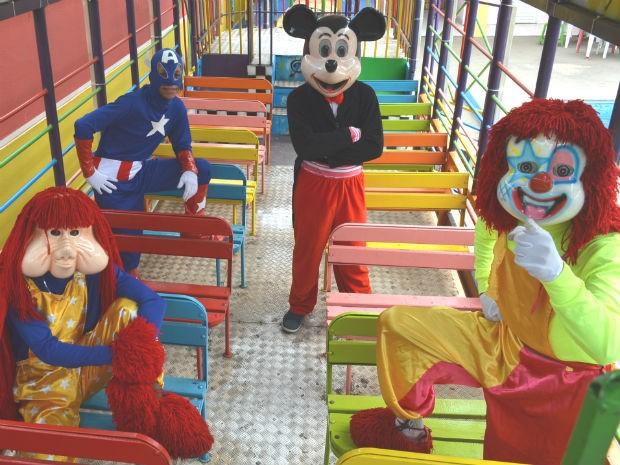Personagens dentro da Carreta Furacão, que faz sucesso nas ruas de Ribeirão Preto, SP (Foto: Felipe Turioni/G1)