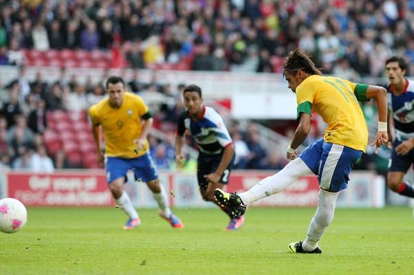 Neymar faz o segundo gol do Brasil no amistoso contra a Grã-Bretanha (Foto: Scott Heppell/AP)