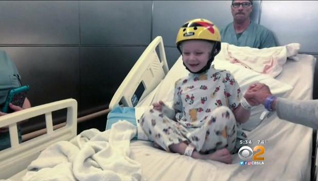 Antes da cirurgia, Teddy precisava proteger a cabeça com um capacete o tempo todo (Foto: Reprodução)