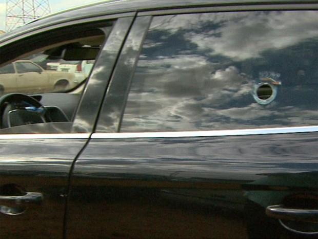 Polícia suspeita que utilitário tenha sido usado em tentativa de roubo a carros-fortes há 10 dias (Foto: Ronaldo Gomes/EPTV)