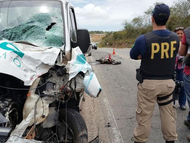 Segundo a PRF, motocicleta invadiu a faixa contrária e bateu de frente com a van, que seguia com turistas para Galinhos (Foto: PRF/Divulgação)