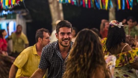 Marco Pigossi revela dificuldade para dançar: 'Sou muito tímido'