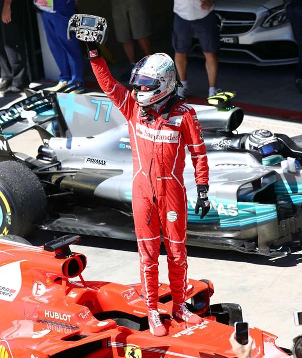 Sebastian Vettel com a Ferrari #5 comemorando muito com o público que veio ao autódromo (Foto: Beto Issa/GP Brasil de F1)