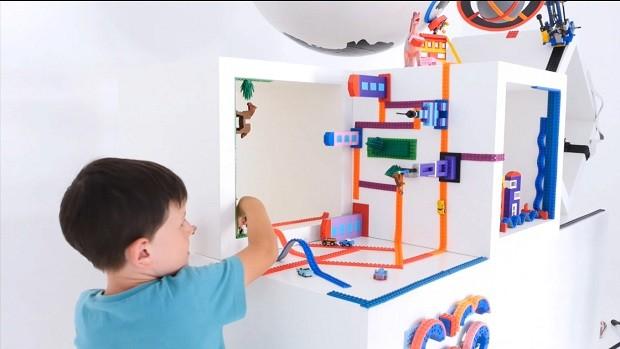 Menino brincando com fitas Nimuno (Foto: Divulgação)
