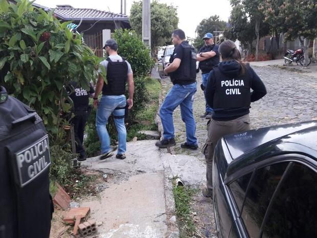 Policiais durante o cumprimento dos mandados de busca e apreensão nesta terça (Foto: Polícia Civil/Divulgação)