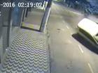 Vídeo mostra carro desgovernado capotando em avenida, no ES
