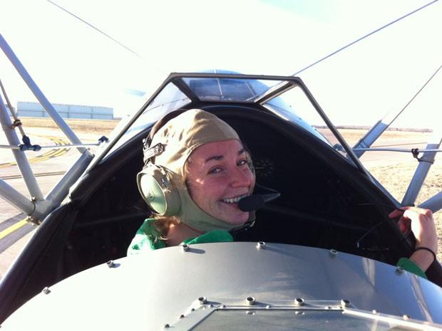 A americana Amber Nolan em uma de suas caronas aéreas (Foto: Caters News/The Grosby Group)