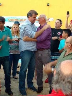 Gazzetta e o vice, Toninho Gimenez, comemoram resultado das eleições  (Foto: Fernanda Ubaid/ TV TEM)