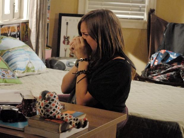 Lia fica desesperada ao assistir a TV Sereia e chora (Foto: Malhação / TV Globo)