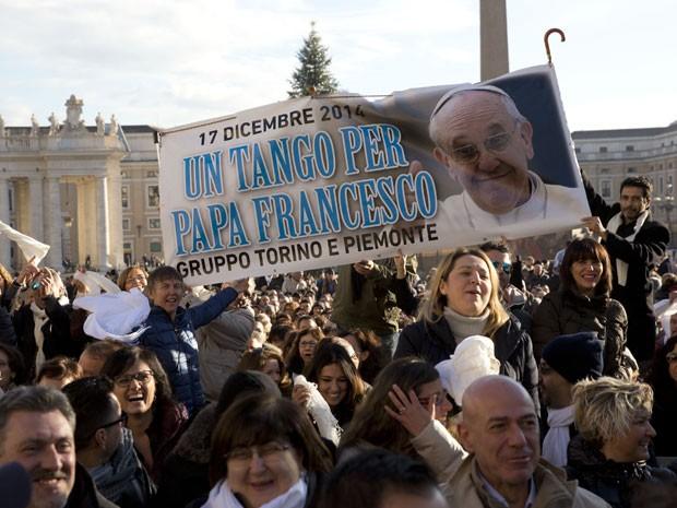 Fiéis exibem faixa com a frase 'Um tango para Francisco' (Foto: Alessandra Tarantino/AP)