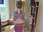 Britney Spears faz pose no espelho e exibe cinturinha