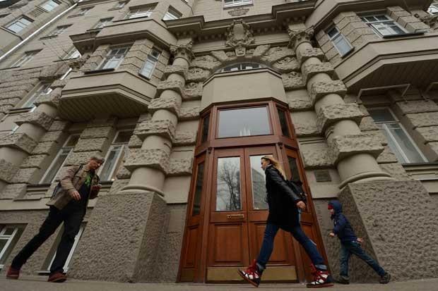 Imagem retrata o local onde indivíduos arromabaram o apartamento de Onno Elderenbosch em Moscou (Foto: KIRILL Kudryavtsev/ AFP)