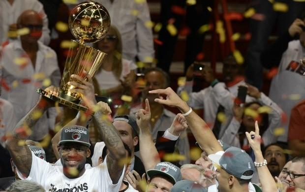 LeBron James levanta o troféu após o título do Miami Heat (Foto: Agência EFE)