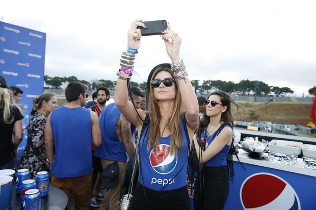 Thaila Ayala curte primeiro dia do LollaPalooza em SP (Foto: Felipe Panfili/AgNews)