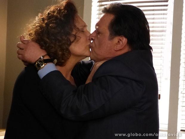 Márcia promete esperar por Atílio (Foto: Amor à Vida/TV Globo)