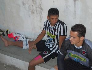 Wanderley (esquerda) observa o jogo após deixar o gramado com uma torça no joelho (Foto: Lucas Barros / Globoesporte.com/pb)