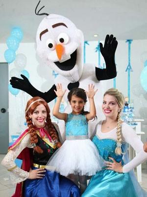 Elza (Natália), Anna (Nayara) e Olaf (Valmir) fazem a diversão de aniversariante, em Brasília (Foto: Nayara Bittencourt/Arquivo Pessoal)