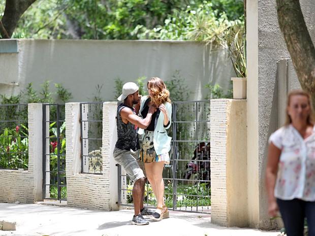A jornalista é assaltada por um ladrão na pacata Nova Alvorada! (Foto: Carol Caminha / Gshow)
