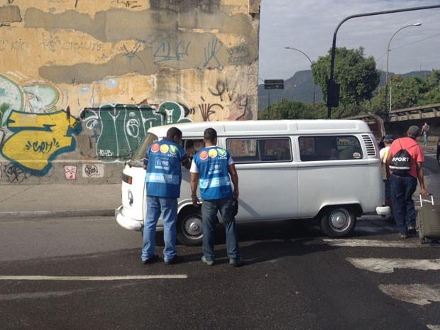 Agentes realizam fiscalização no Centro do Rio em vans e kombis (Foto: Cristiane Cardoso/G1)