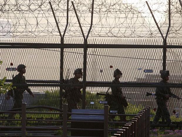 Soldados sul-coreanos patrulham base militar no país depois e lançamento de míssil feito pelos norte-coreanos (Foto: AP)