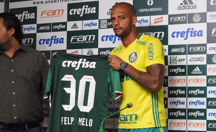 Felipe Melo exibe a camisa 30 do Palmeiras (Foto: Felipe Zito)