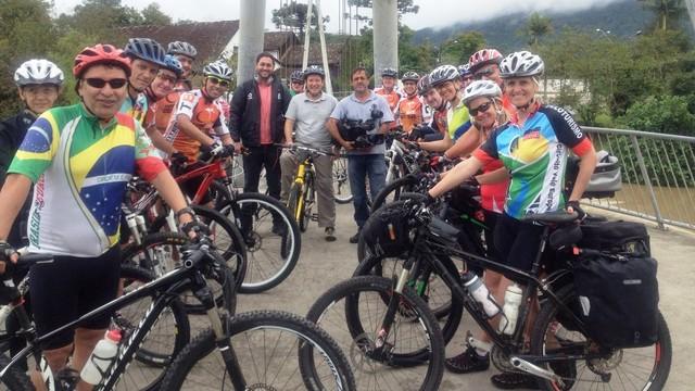 Equipe atravessou circuito mágico dos ciclistas no Vale Europeu (Foto: RBS TV/Divulgação)