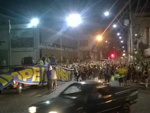 Concentração de protesto em Lajeado ocorreu em frente a prefeitura (Foto: Juliano Wurdig/RBS TV)