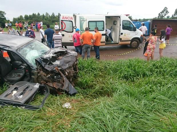Segundo a Polícia Rodoviária Federal (PRF), um dos veículos, com placas de Cafelândia cruzava a BR-369 quando foi atingido pelo outro, de Maringá (Foto: PRF/Divulgação)
