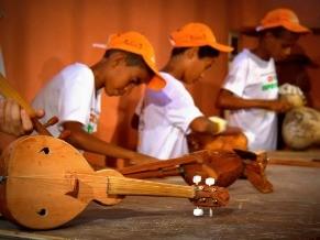 Nas aulas de lutheria os alunos aprendem a contruir instrumentos musicais (Foto: Divulgação/Cláudia Alves)