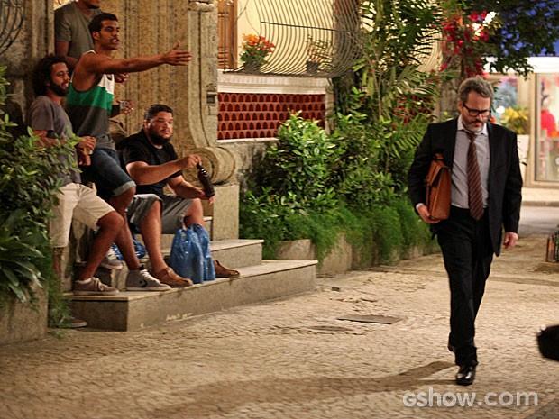 Jairo provoca Nando na entrada do prédio (Foto: Pedro Curi/TV Globo)