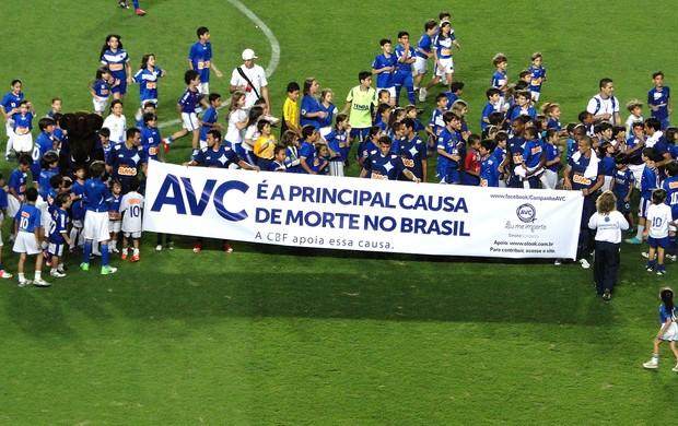 faixa Cruzeiro campanha AVC jogo (Foto: Marco Antônio Astoni / Globoesporte.com)