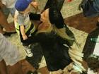 Danielle Winits passeia em shopping com o filho caçula