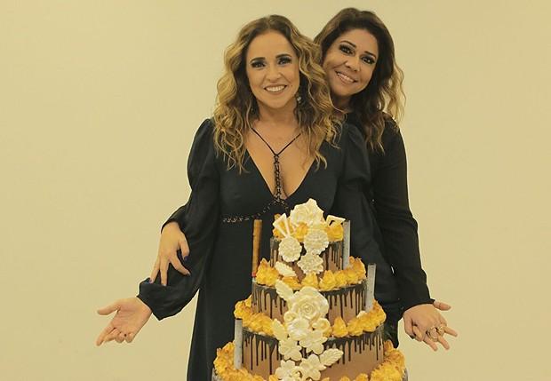 Daniela Mercury ganha bolo  de aniversário no camarim (Foto: Divulgação)