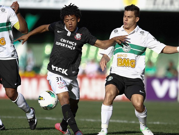 Romarinho, do Corinthians, em lance com Ayrton do Coritiba (Foto: Geraldo Bubniak / Agência Estado)