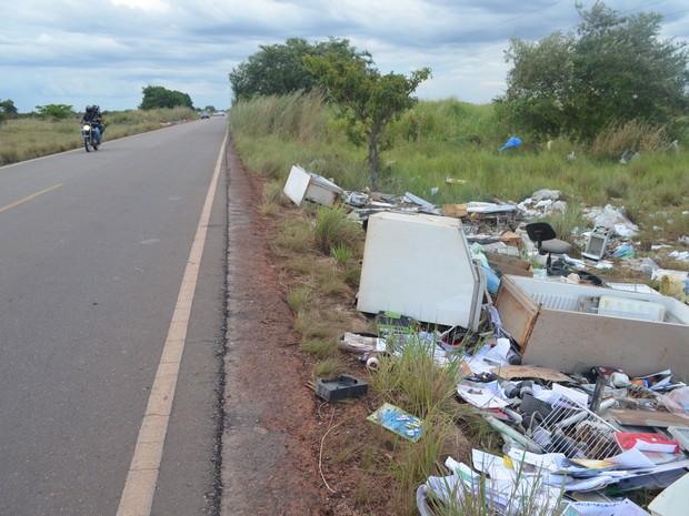 Lixo nas margens da RR-205 (Foto: Vanessa Lima/G1)