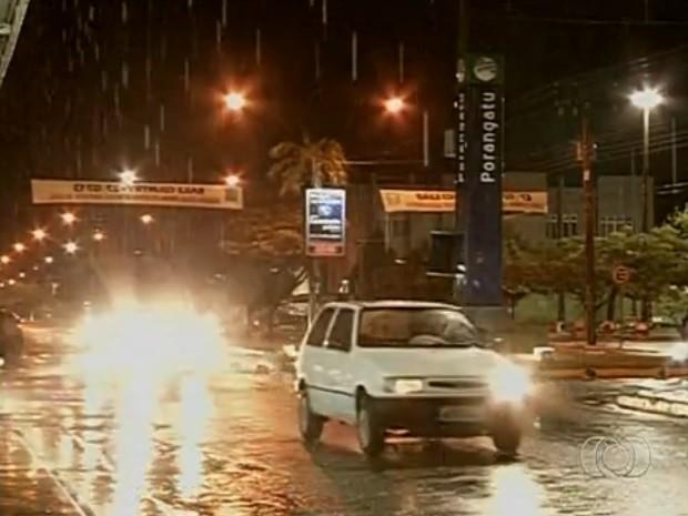 Chuva surpreende moradores de Porangatu, em Goiás (Foto: Reprodução/TV Anhanguera)