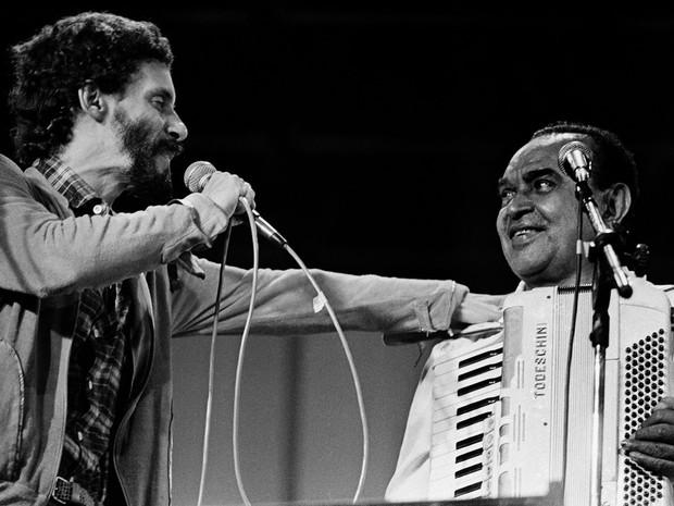 Gonzaguinha recebe o pai Luiz Gonzaga durante show no Canecão em maio de 1987 (Foto: Cristina Granato / Divulgação)