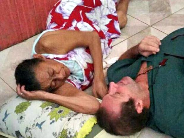 Médico conta que resolveu deitar no chão para atender paciente que estava com dor na coluna  (Foto: Arquivo pessoal)