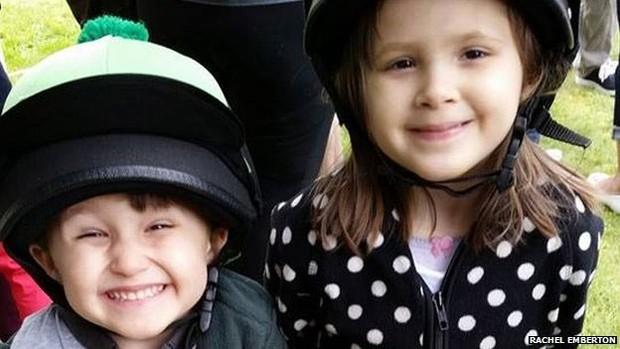 James e Emma têm Anemia de Fanconi e precisam de um doador de células-tronco (Foto: BBC)